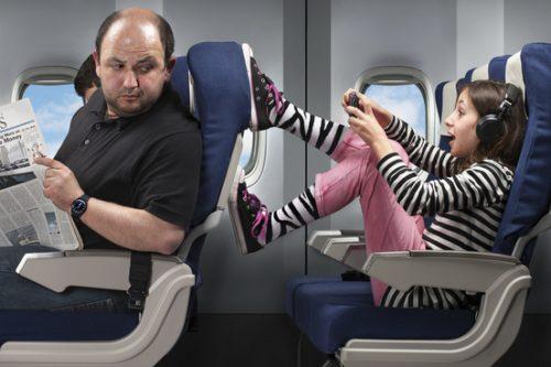 飞机上踩前面座位的女孩