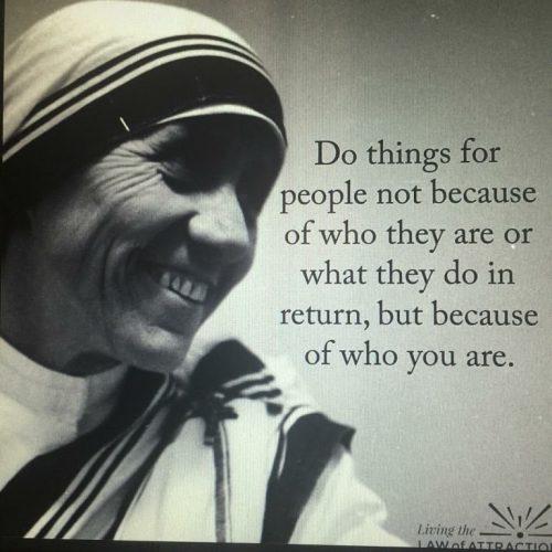 英语名言:为别人做事,不要因为别人是谁或者他们会回报什么而做,而是要因为你是谁。