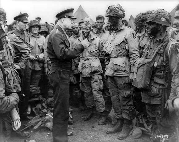 诺曼底登陆前艾森豪威尔与空降部队。