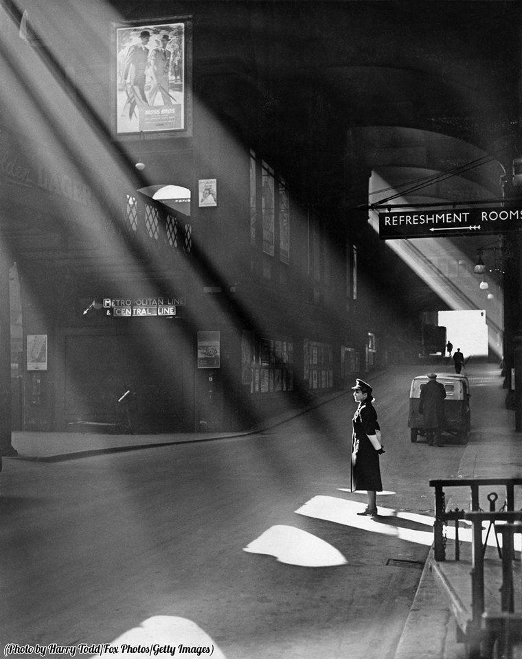 1952年,春光将伦敦利物浦街车站的铁路女警照亮。
