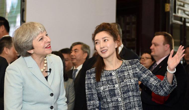 灵动青春形象大使江疏影(右)作为中国青年人的代表向特蕾莎·梅首相介绍了湖北英国教育文化交流展成果。