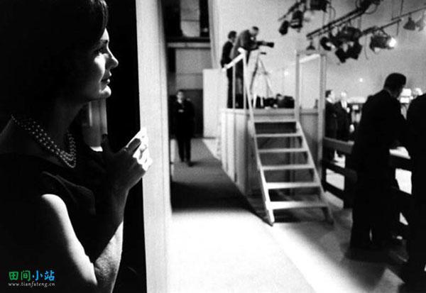 浮光掠影   1960年,杰奎琳·肯尼迪在后台观看她的丈夫与理查德·尼克森的电视辩论